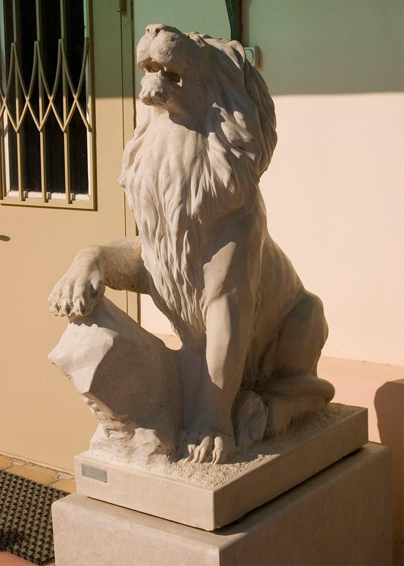 Статуя льва из мрамора